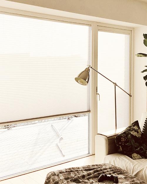 Solskydd - Plisségardiner monterade för solskydd på fönster och balkongdörrar