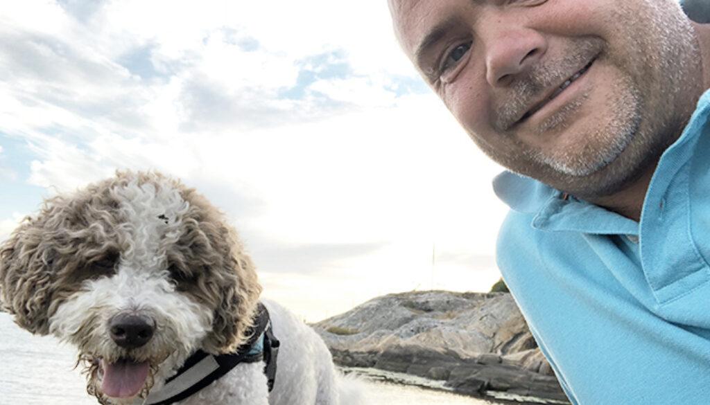 Niclas Gustavsson som driver Morris Interiör sitter tillsammans med hunden Morris i Göteborgs skärgård
